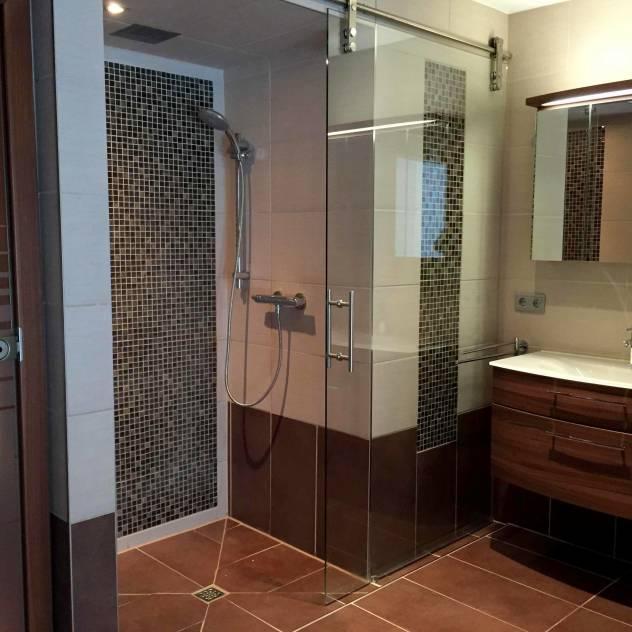 tenemos aqu una de las soluciones ms aplaudidas en cuanto a duchas de obra o duchas a ras del suelo se refiere esta ducha cuenta con un sumidero o